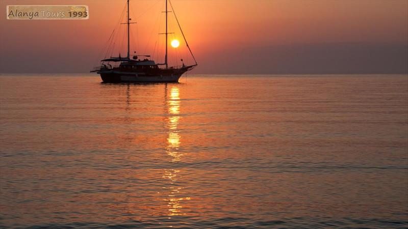 Вечерняя прогулка на яхте